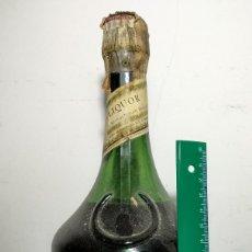 Coleccionismo de vinos y licores: BOTELLA DE BÉNÉDICTINE PRECINTADA. TIMBRE OCHO PESETAS.. Lote 177321993