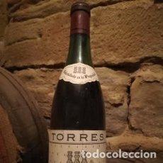 Coleccionismo de vinos y licores: ANTIGUA BOTELLA DE VINO, TORRES, SANGRE DE TORO, RESERVA 1973. IDEAL COLECCIONISTAS. Lote 179949937