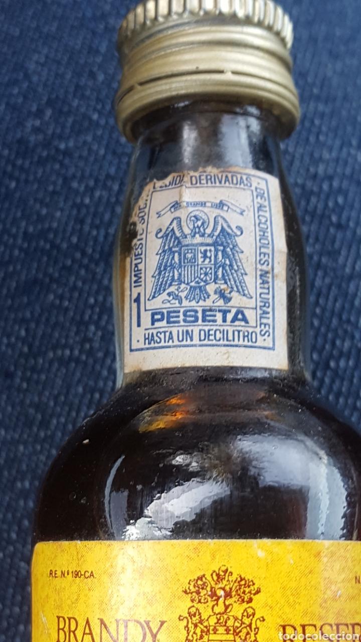 Coleccionismo de vinos y licores: TERCIOS. BRANDY RESERVA. CERRADO. LLENO. CON SELLO DE 1 PESETA - Foto 3 - 182747742