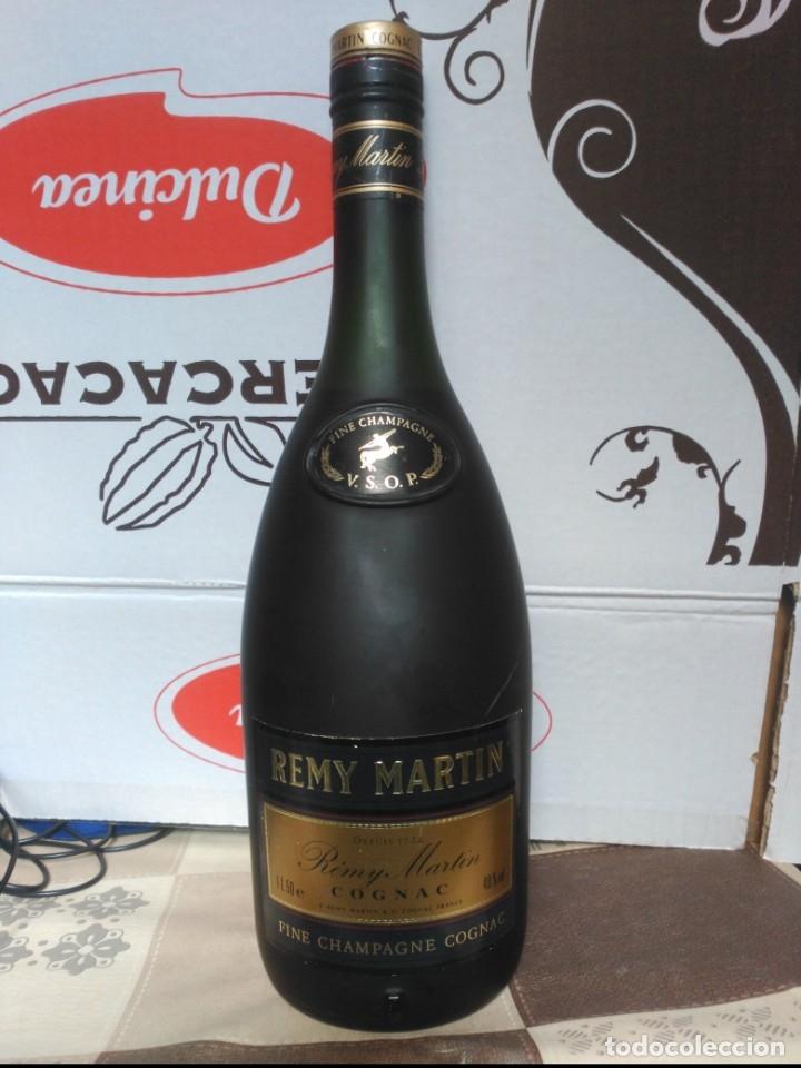 COGNAC FRANCÉS REMY MARTIN BOTELLA DE 1,5 LITROS DE MÁS DE 30 AÑOS DE ANTIGÜEDAD. (Coleccionismo - Botellas y Bebidas - Vinos, Licores y Aguardientes)