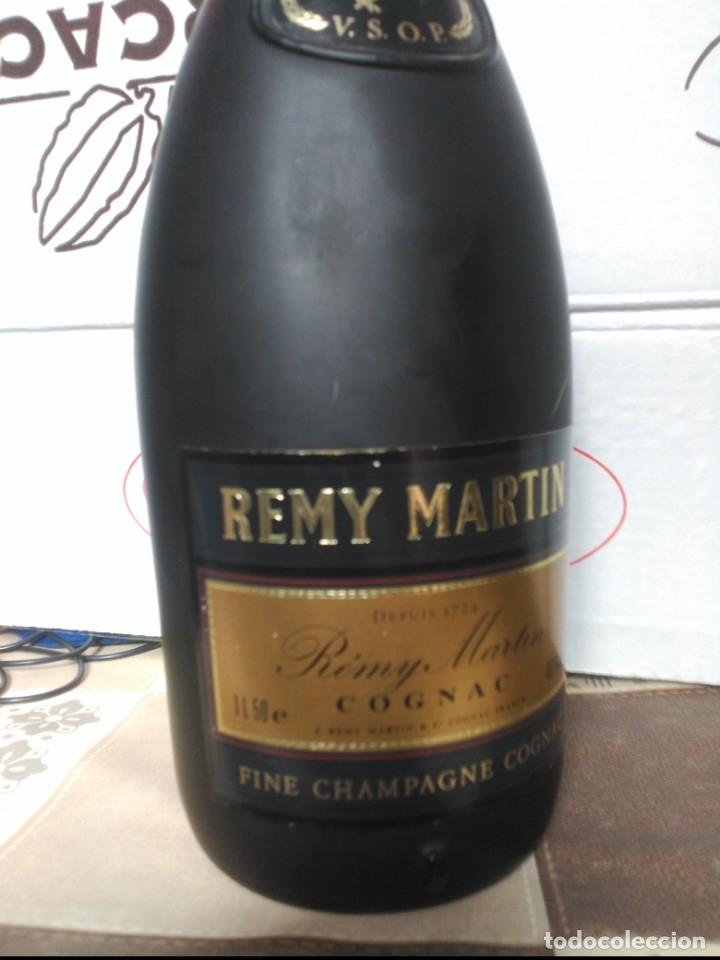 Coleccionismo de vinos y licores: Cognac Francés REMY MARTIN Botella de 1,5 Litros de más de 30 años de antigüedad. - Foto 2 - 183168768