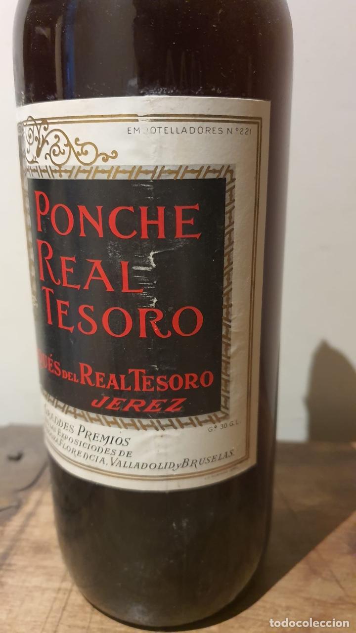 Coleccionismo de vinos y licores: Botella antigua de ponche real tesoro, sello de 4 pesetas - Foto 4 - 183372282