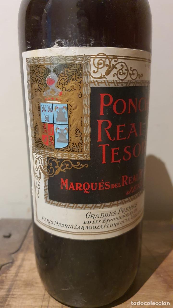 Coleccionismo de vinos y licores: Botella antigua de ponche real tesoro, sello de 4 pesetas - Foto 5 - 183372282