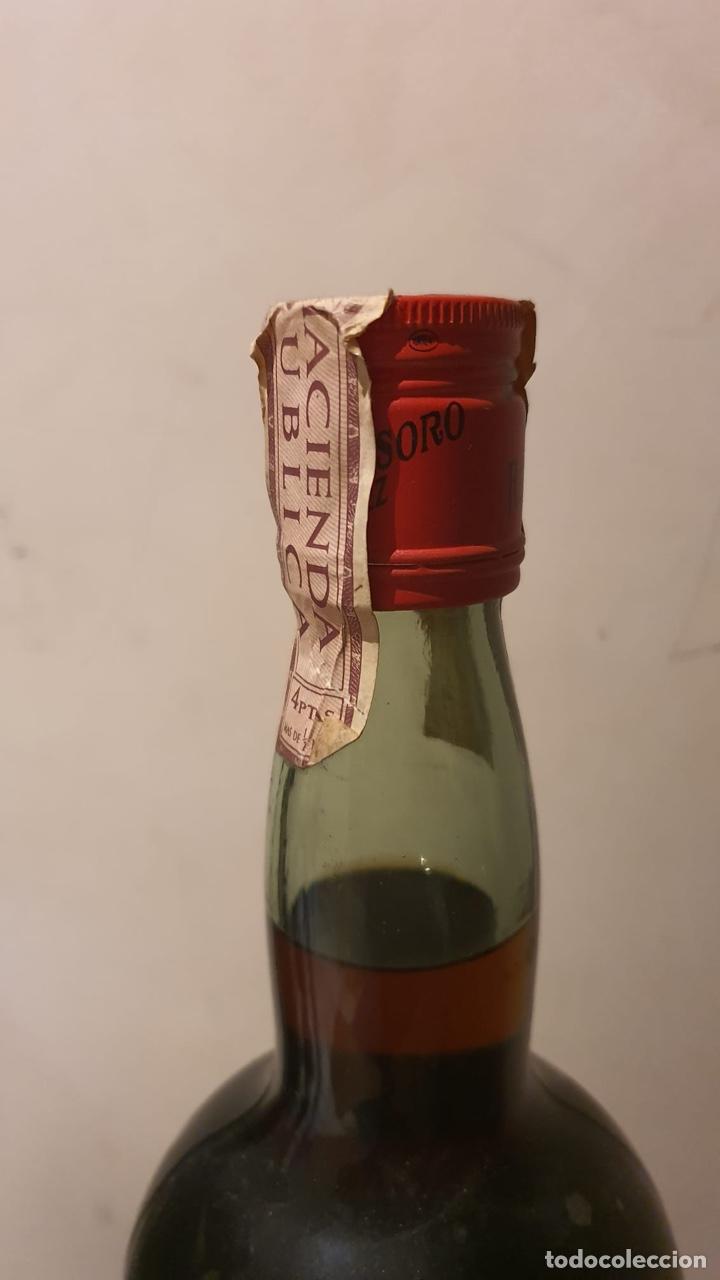 Coleccionismo de vinos y licores: Botella antigua de ponche real tesoro, sello de 4 pesetas - Foto 7 - 183372282