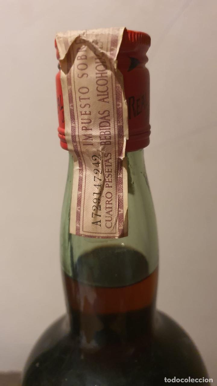 Coleccionismo de vinos y licores: Botella antigua de ponche real tesoro, sello de 4 pesetas - Foto 8 - 183372282