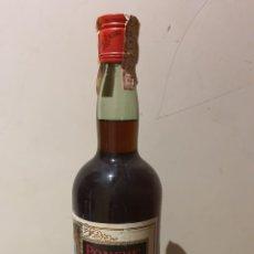 Coleccionismo de vinos y licores: BOTELLA ANTIGUA DE PONCHE REAL TESORO, SELLO DE 4 PESETAS. Lote 183372282
