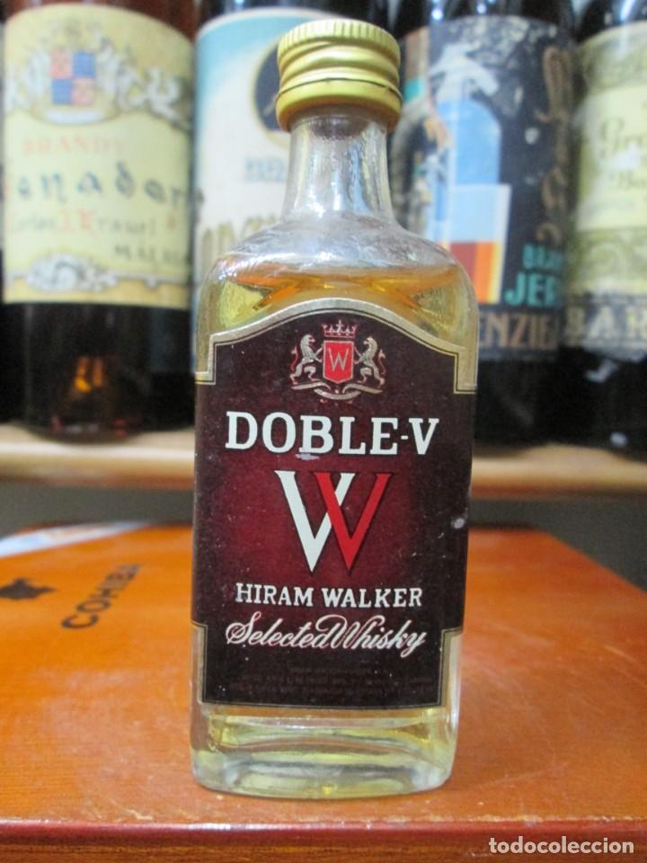 ANTIGUO BOTELLIN,WHISKY DOBLE V, HIRAN WALQUER. (Coleccionismo - Botellas y Bebidas - Vinos, Licores y Aguardientes)