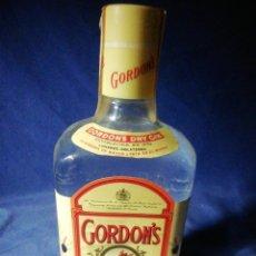 Coleccionismo de vinos y licores: SIN ABRIR! ANTIGUA BOTELLA LLENA DE GINEBRA GORDON'S. SELLO 4 PESETAS. Lote 195340262
