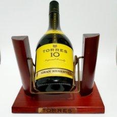 Coleccionismo de vinos y licores: BOTELLA BRANDY TORRES 10 DE 1,5L CON BALANCIN DE MADERA SIN ABRIR Y LLENA. Lote 184594542