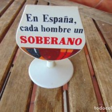 Coleccionismo de vinos y licores: SERVILLETERO DE PUBLICIDAD EN FORMA DE COPA EN ESPAÑA CADA HOMBRE UN SOBERANO. Lote 186591608