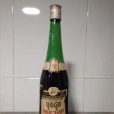 Coleccionismo de vinos y licores: ORIGINAL Y ANTIGUA BOTELLA DE SANGRÍA. YAGO RIOJA. CON MUCHA PÉRDIDA.. Lote 191406150
