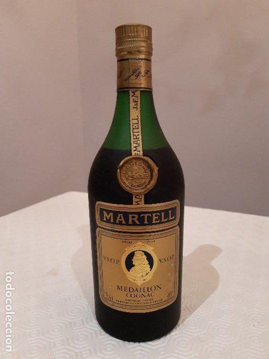 Coleccionismo de vinos y licores: BOTELLA MARTELL MEDAILLON COGNAC V.S.O.P. 70CL. ESTUCHE ORIGINAL CON COPAS REGALO. PRECINTADA. - Foto 2 - 194239878