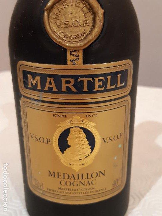 Coleccionismo de vinos y licores: BOTELLA MARTELL MEDAILLON COGNAC V.S.O.P. 70CL. ESTUCHE ORIGINAL CON COPAS REGALO. PRECINTADA. - Foto 4 - 194239878