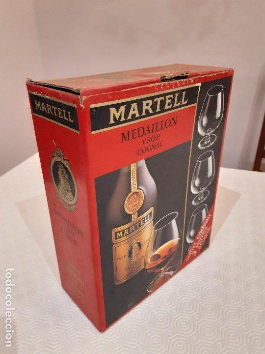 Coleccionismo de vinos y licores: BOTELLA MARTELL MEDAILLON COGNAC V.S.O.P. 70CL. ESTUCHE ORIGINAL CON COPAS REGALO. PRECINTADA. - Foto 8 - 194239878