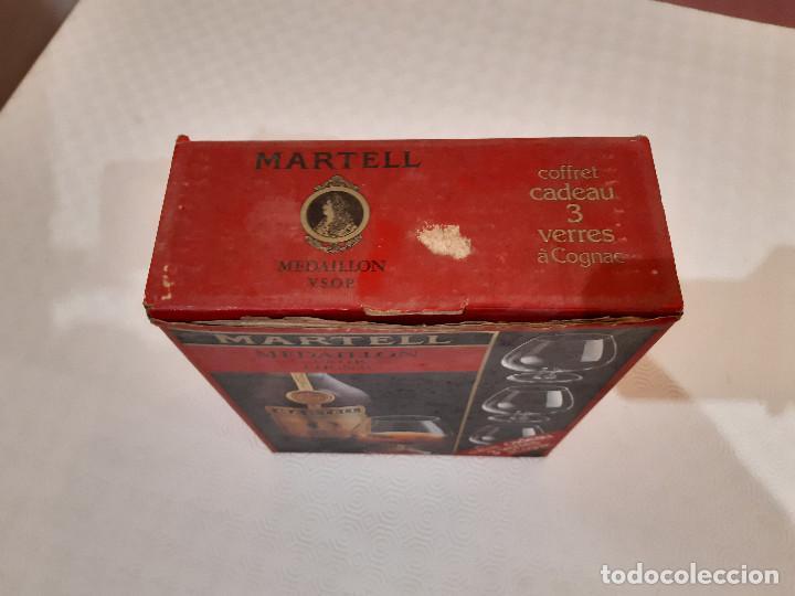 Coleccionismo de vinos y licores: BOTELLA MARTELL MEDAILLON COGNAC V.S.O.P. 70CL. ESTUCHE ORIGINAL CON COPAS REGALO. PRECINTADA. - Foto 9 - 194239878
