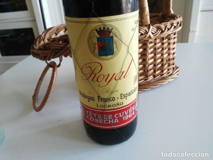 Coleccionismo de vinos y licores: Botella de vino ROYAL Tête de Cuvêe Cosecha 1964 con precinto de metal y cestera - Foto 3 - 194588402