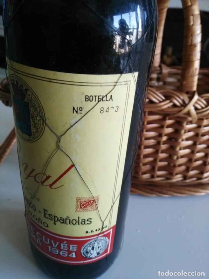 Coleccionismo de vinos y licores: Botella de vino ROYAL Tête de Cuvêe Cosecha 1964 con precinto de metal y cestera - Foto 4 - 194588402