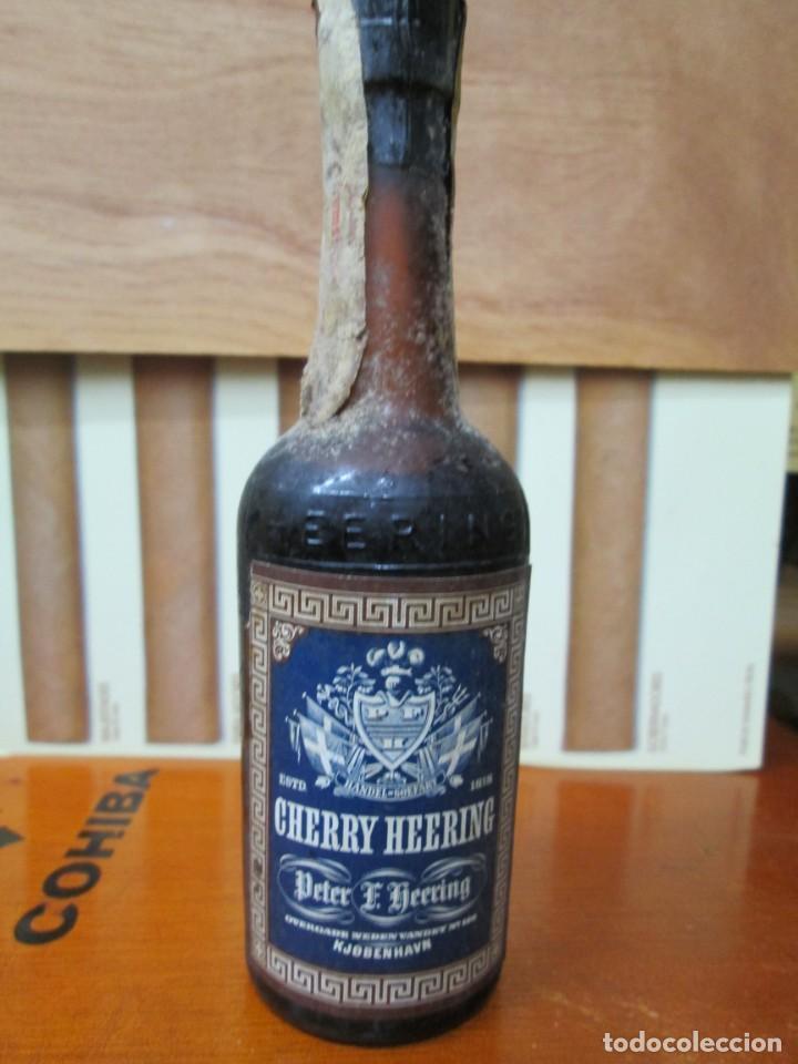 ANTIGUO BOTELLIN, CHERRY HEERING (Coleccionismo - Botellas y Bebidas - Vinos, Licores y Aguardientes)