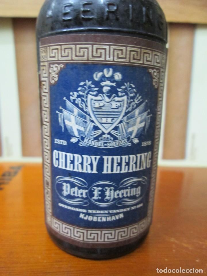 Coleccionismo de vinos y licores: ANTIGUO BOTELLIN, CHERRY HEERING - Foto 2 - 194877521