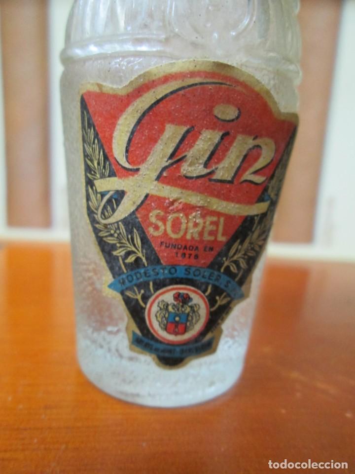 Coleccionismo de vinos y licores: ANTIGUO BOTELLIN, GIN SOREL DE MODESTO SOREL - Foto 2 - 194878597