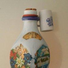 Coleccionismo de vinos y licores: DECANTADOR MUNCHEN DEUTSCHES ERZEUGNIS. BOTELLA CERÁMICA ORIGINAL GRASSI'S GEBIRGS ENZIAN. Lote 194936292