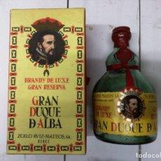 Coleccionismo de vinos y licores: ANTIGUA CAJA VACIA BRANDY COÑAC, GRAN DUQUE DE ALBA VIEJO, DE ZOILO RUIZ MATEOS.Y BOTELLA VACIA. Lote 195098561