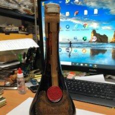 Coleccionismo de vinos y licores: ANTIGUA BOTELLA GRANDE CALISAY SIN ABRIR SELLO IMPUESTO AGUILA. Lote 195213263