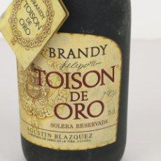 Coleccionismo de vinos y licores: BRANDY TOISON DE ORO, SOLERA RESERVADA, JEREZ. BOTELLA NÚMERO 1133.. Lote 195278465