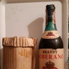 Coleccionismo de vinos y licores: BRANDY SOBERANO GONZALEZ BYASS. IMPUESTO 80 CTS. CON FUNDA CARTÓN. Lote 196373507