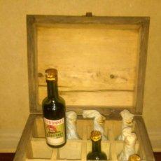 Coleccionismo de vinos y licores: SIETE ANTIGUOS BOTELLINES FRANCESES DE LICOR DUBONNET CON QUINQUINA. EN SU CAJA ORIGINAL.. Lote 197210108
