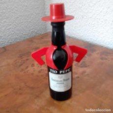 Coleccionismo de vinos y licores: BOTELLIN TIO PEPE GONZALEZ BYASS SHERRY FINO MUY SECO. 14 CM, MUY BUEN ESTADO.. Lote 197238700