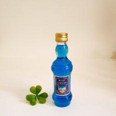 Coleccionismo de vinos y licores: BOTELLITA LIQUEUR BLUE CURAÇAO 12CM VIDRIO BOTELLIN MINI BOTELLA MINIATURA. Lote 206324366