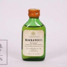 Coleccionismo de vinos y licores: BOTELLÍN LLENO - WHISKY BLACK & WHITE. CHOICE OLD SCOTCH WHISKY - BUCHANAN'S - ESCOCIA - AÑOS 70-80. Lote 207197195