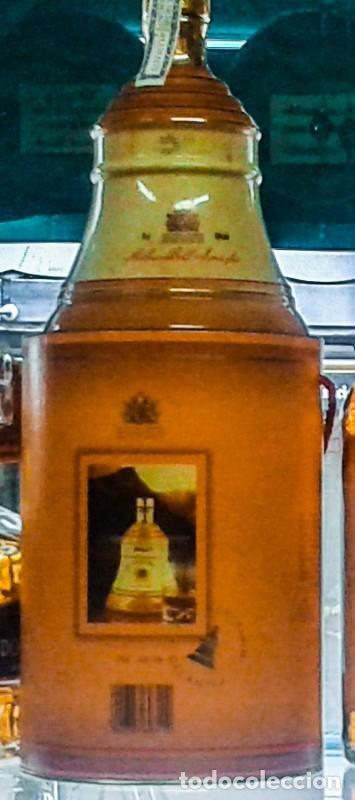 Coleccionismo de vinos y licores: WHISKY BELLS 12 AÑOS EN CAMPANA PORCELANA ( 0,75 Litros - Scotch Whisky ) - Foto 2 - 209059273