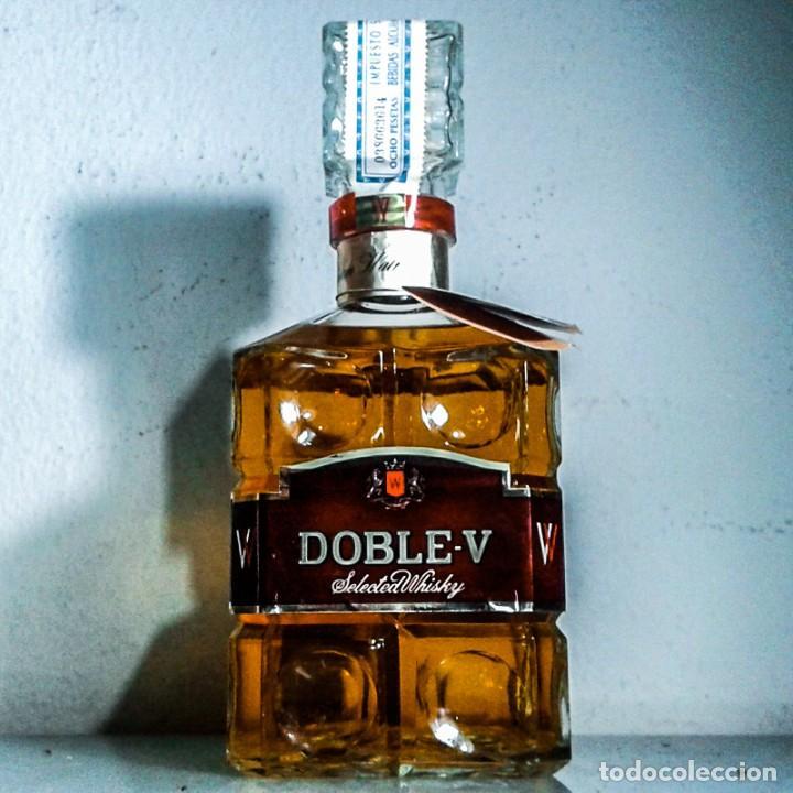 WHISKY DOBLE V AÑOS 70S - LICORERA CON TAPÓN EN CRISTAL - SELLO 8 PTAS. (Coleccionismo - Botellas y Bebidas - Vinos, Licores y Aguardientes)