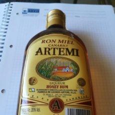 Coleccionismo de vinos y licores: RON MIEL CANARIO ARTEMI. 50 CL 20% VOL.. Lote 210410921