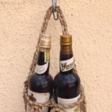 Coleccionismo de vinos y licores: PAREJA DE BOTELLAS MORILES Y PRIMITIVO , CON CESTA PARA COLGAR. Lote 212856766