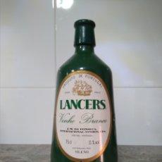 Coleccionismo de vinos y licores: ANTIGUA BOTELLA DE VINO BLANCO PORTUGAL. LANCERS.. Lote 213423941