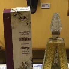 Coleccionismo de vinos y licores: BOTELLA Y CAJA DE LICOR DE ALMENDRA. DESTILERIAS MOREY. BENISSALEM MALLORCA, ESPAÑA.. Lote 213923660