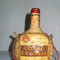 Coleccionismo de vinos y licores: ANTIGUA BOTELLA COÑAC (NO BRANDY) LA LONJA EN GARRAFA DE MIMBRE. Lote 214571036