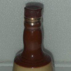 Collectionnisme de vins et liqueurs: BOTELLA BOTELLIN MINIATURA LLENA CERAMICA PORCELANA BELLS BLENDED SCOTCH WHISKY. Lote 215337383