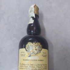 Coleccionismo de vinos y licores: ÚNICAS BOTELLAS DE WHISKY SLAINTHEVA ALEXANDER DUNN BLENDED SCOTCH 1960 DEDICADA AL PINTOR CARAL. Lote 221407458