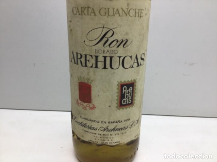 Coleccionismo de vinos y licores: RARA BOTELLA DE RON - RHUM. - RON AREHUCAS DORADO -CARTA GUANCHE - ARUCAS GRAN CANARIA - 1LITRO 40º - Foto 2 - 222588792