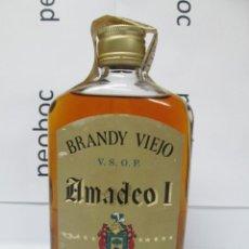 Coleccionismo de vinos y licores: ANTIGUA BOTELLA BRANDY COÑAC,VIEJO AMADEO I IMPUESTO DE 2 PTS, DECADA 60-70. Lote 222912412