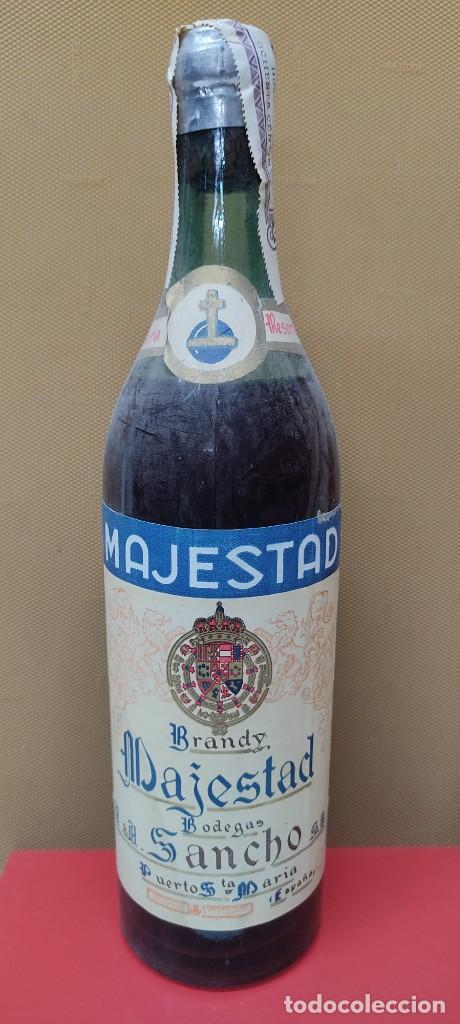 Coleccionismo de vinos y licores: ANTIGUA BOTELLA BRANDY COÑAC, MAJESTAD DE BODEGAS SANCHO, IMPUESTO DE 80 CTS. - Foto 2 - 232723055