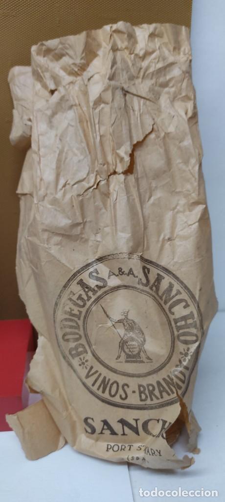 Coleccionismo de vinos y licores: ANTIGUA BOTELLA BRANDY COÑAC, MAJESTAD DE BODEGAS SANCHO, IMPUESTO DE 80 CTS. - Foto 3 - 232723055