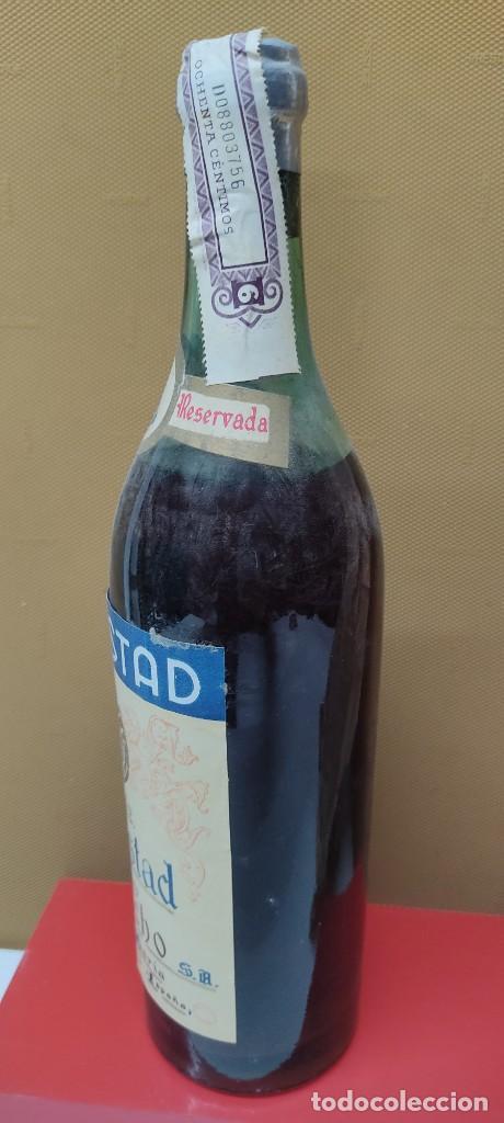 Coleccionismo de vinos y licores: ANTIGUA BOTELLA BRANDY COÑAC, MAJESTAD DE BODEGAS SANCHO, IMPUESTO DE 80 CTS. - Foto 4 - 232723055