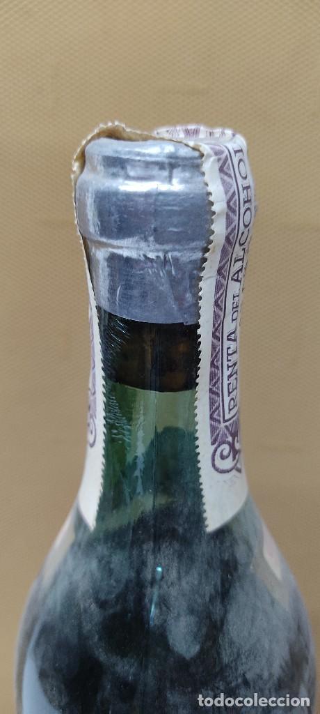 Coleccionismo de vinos y licores: ANTIGUA BOTELLA BRANDY COÑAC, MAJESTAD DE BODEGAS SANCHO, IMPUESTO DE 80 CTS. - Foto 5 - 232723055