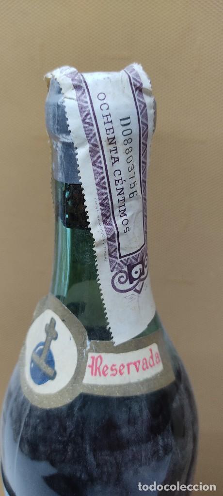 Coleccionismo de vinos y licores: ANTIGUA BOTELLA BRANDY COÑAC, MAJESTAD DE BODEGAS SANCHO, IMPUESTO DE 80 CTS. - Foto 7 - 232723055