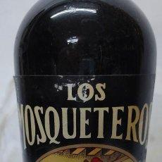 Collezionismo di vini e liquori: BOTELLA VINO MÁLAGA VIEJO MARCA LOS MOSQUETEROS-BODEGAS DE HIJOS DE ANTONIO BARCELÓ-MÁLAGA. Lote 266572293